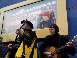 Tiegervogel und Aal Fatal bei ihrem Eröffnungslied auf dem Beatles-Platz